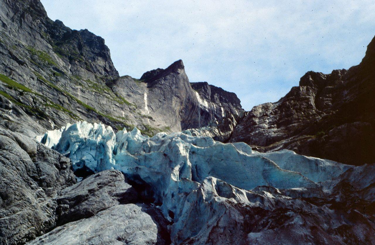 Es war einmal ... ein wilder Eisbruch. Jetzt führen Holzstege und-treppen über glattpolierte Felsen  zum flacheren Teil des Oberen Grindelwaldgletschers hinauf.