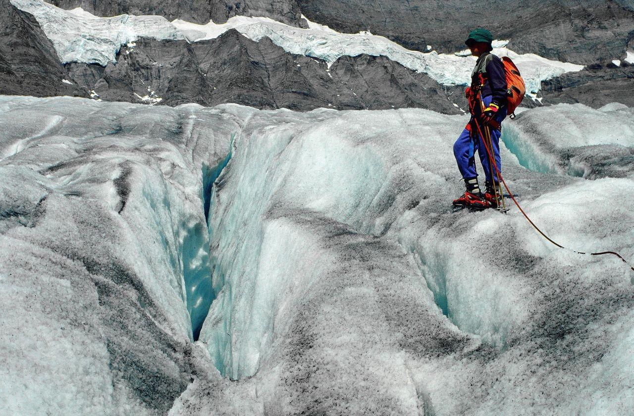 Kleine, schmale gefahrlose Gletscherspalten auf dem Kanderfirn
