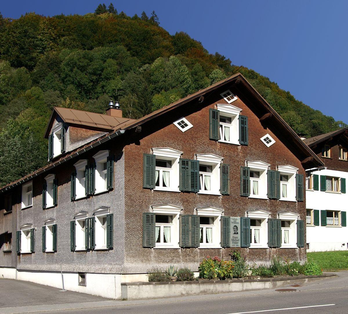 """Das Geburts- und Wohnhaus von F. M. Felder in Schoppernau. Aufnahme von Elmar Bereuter, dem Autor des biografischen Romans """"Felder's Traum""""."""