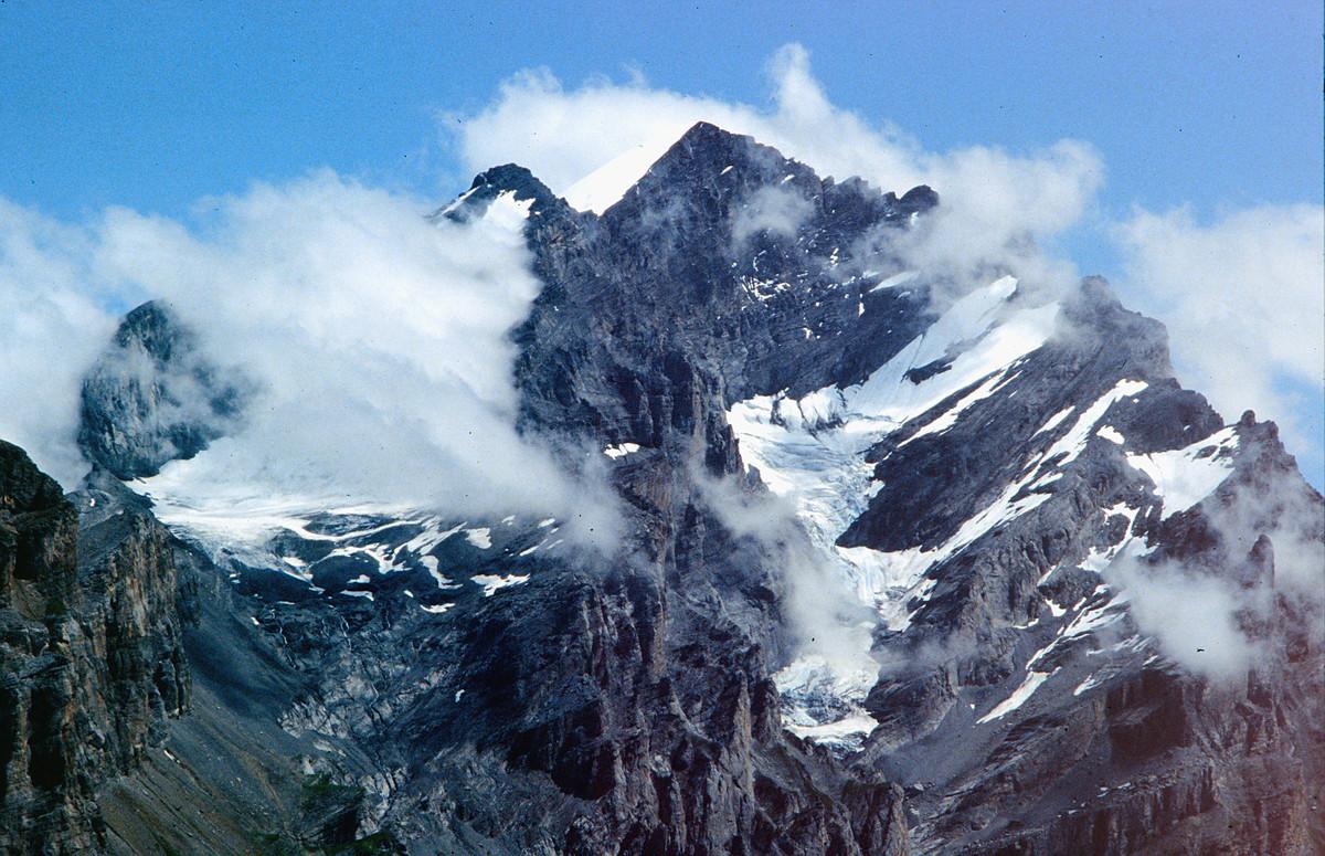 Die Doldenhorn-Süd-/Südwestflanke mit eingelagerten Gletschern (Teleaufnahme)