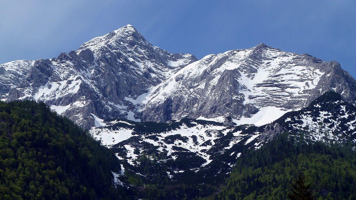 Alt- und Neuschnee auf den hohen Bergen - links der Große Priel