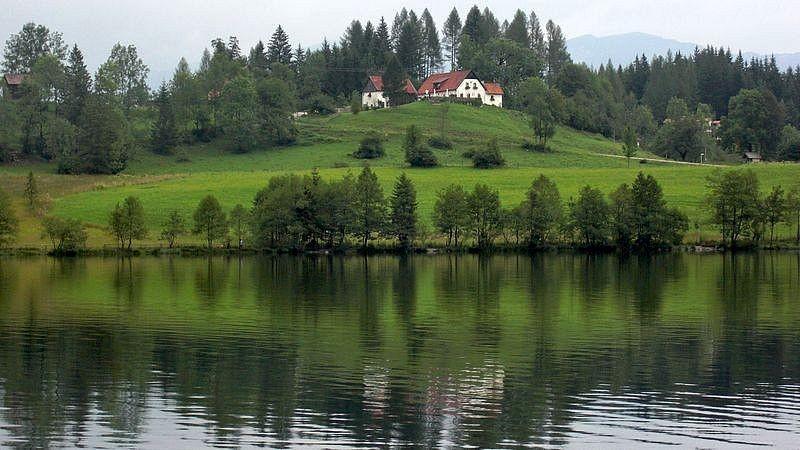 Blick über den Gleinkersee zu einem Gasthof in der Nähe des Sees