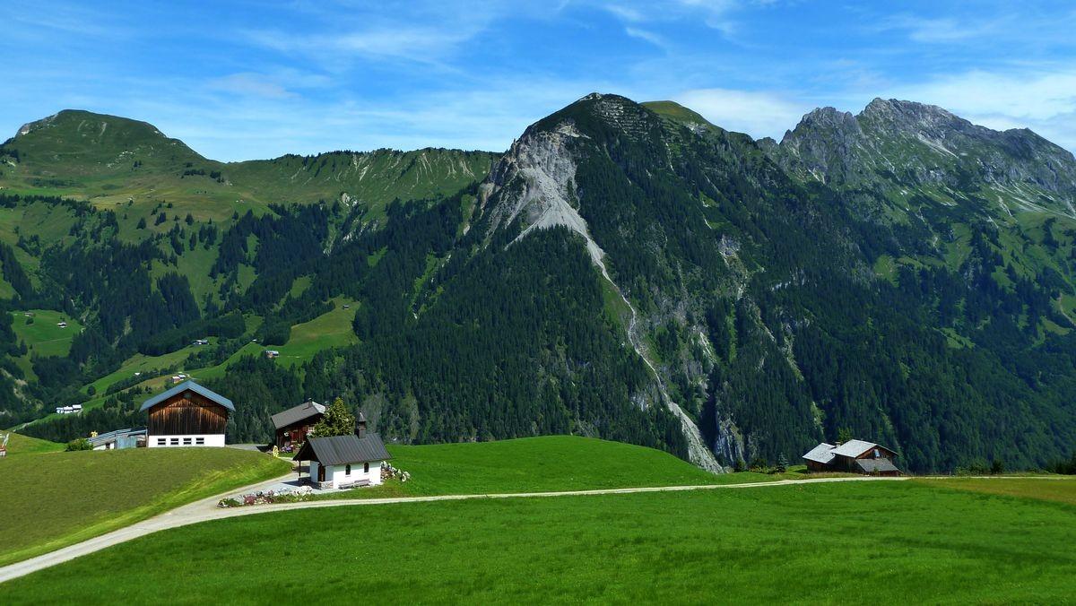 Alphütten bei Vordersteinbild Vorsäß gegen Blasenka