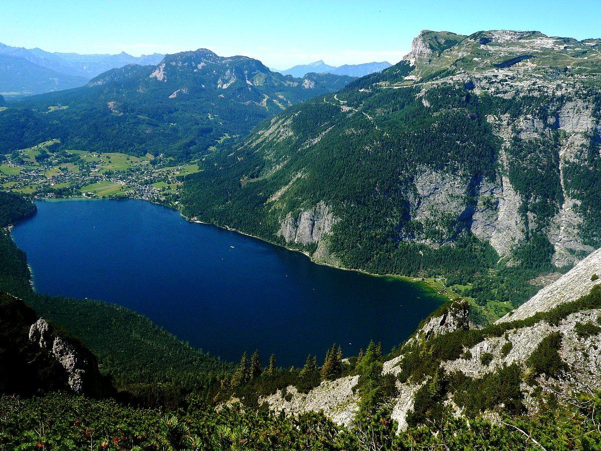 Das Nordufer des Altausseer Sees mit dem Uferweg unter dem Loser von Fischerdorf bis zur Seewiese (rechts)