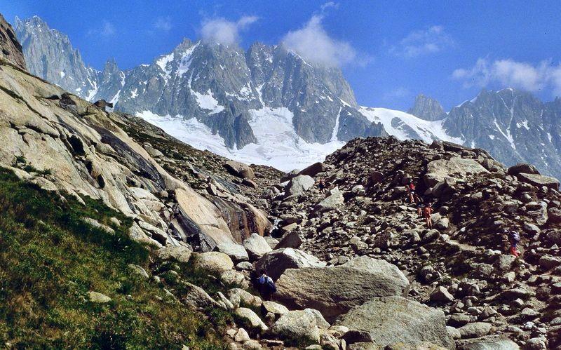 Im Blockwerk der Seitenmoräne des Glacier du Talefre. Links oben alte Couverclehütte.