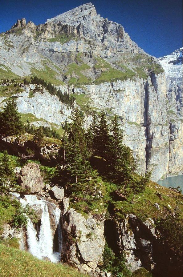 Die steilen Wände über dem Oeschinensee mit unterer und oberer Fründenschnur