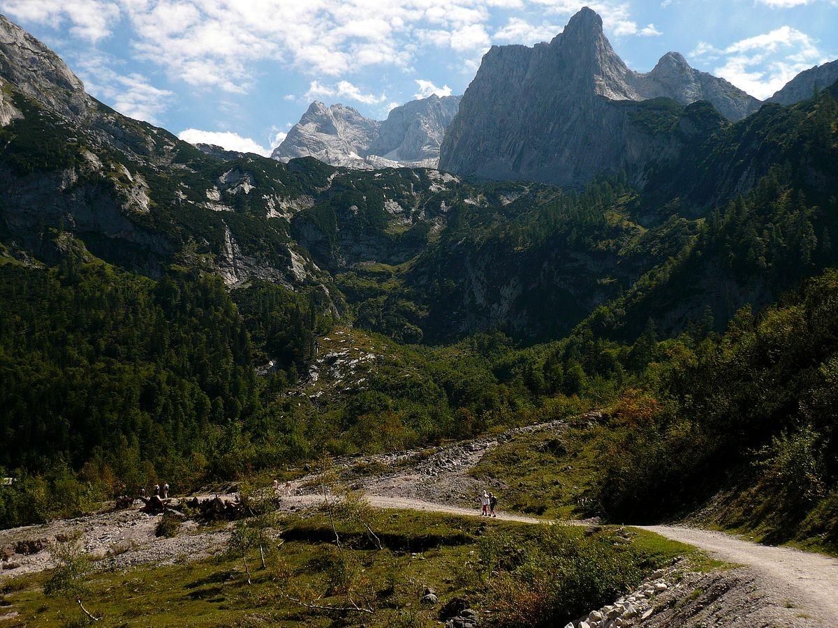 Rückblick vom Weg am Gosausee auf das Dachsteinmassiv mit der Schneebergwand