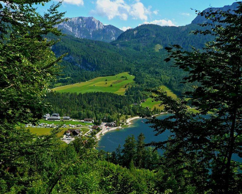 Das Grundlseeufer bei Gössl vom Abstiegsweg Schwaiberalm - Schachen