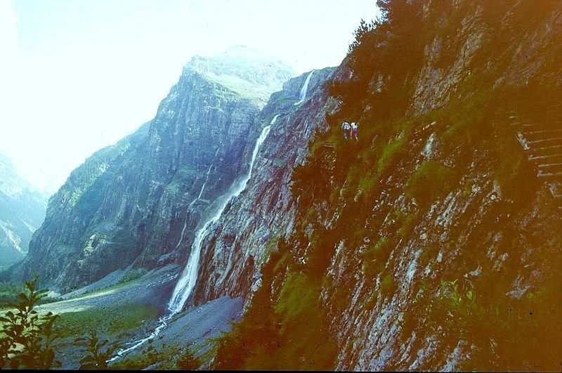 Die Wasserfälle des Balmhorngletscherbachs vom Beginn des teilweise Drahtseil versicherten Steigs zur Balmhornhütte.