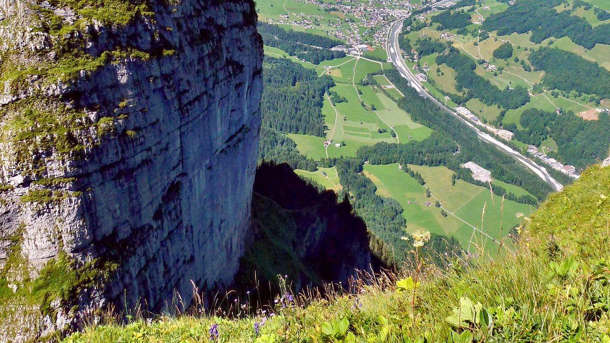 Tiefblick vom Hählesattel über die steile Nordflanke der Kanisfluh auf das Tal der Bregenzerache.