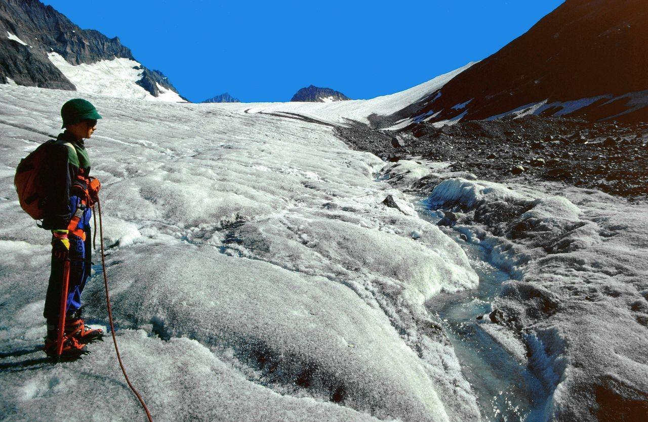 Gletscherbach auf dem Kanderfirn. Hinten das etwa 4 km entfernte Mutthorn.