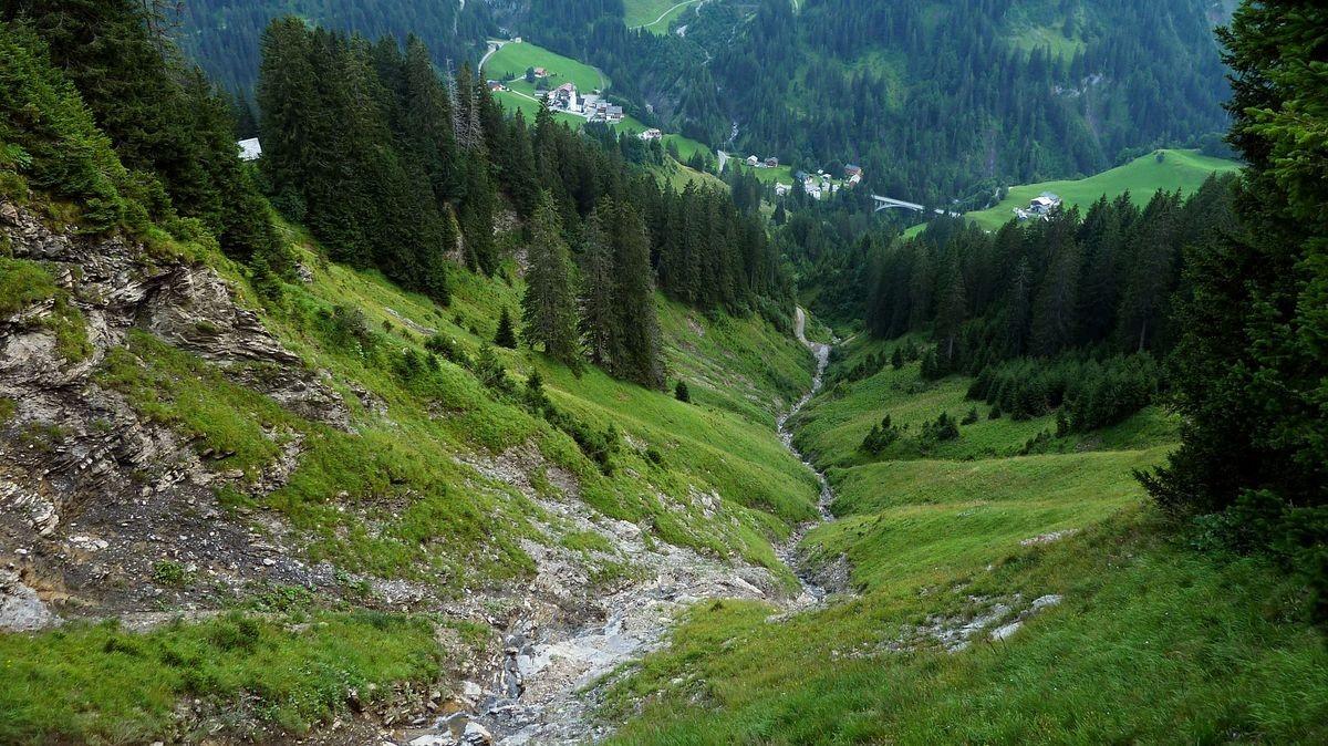 Abschüssiger Lawinentobel ins Tal bei Schröcken