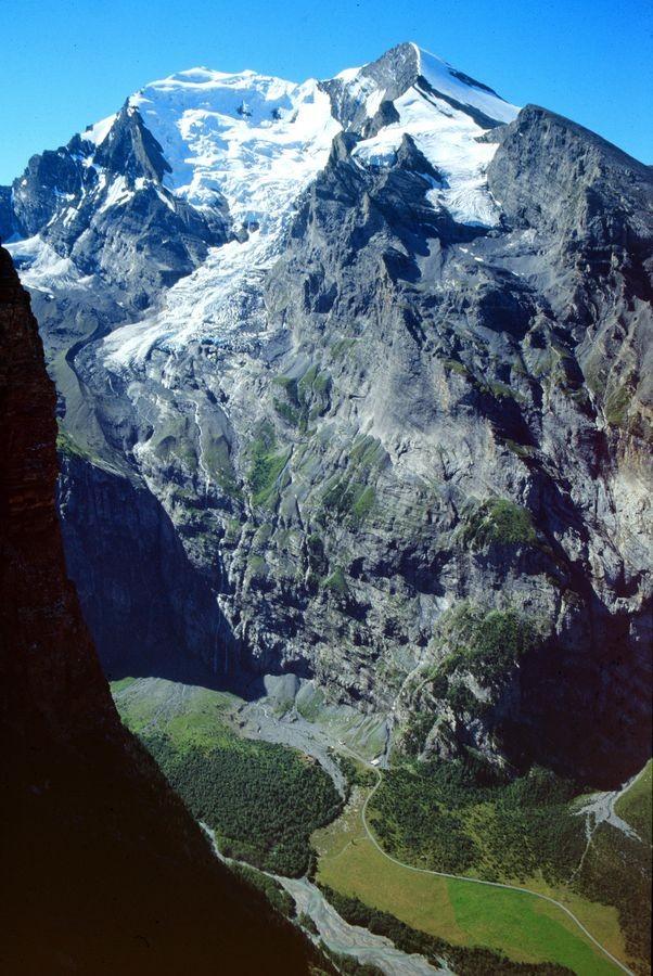 Foto von 1990, Standort Jegertosse am Fisistock: Die bis zu 2300 m hohe Balmhorn-Altels Nordflanke über dem Gasterntal