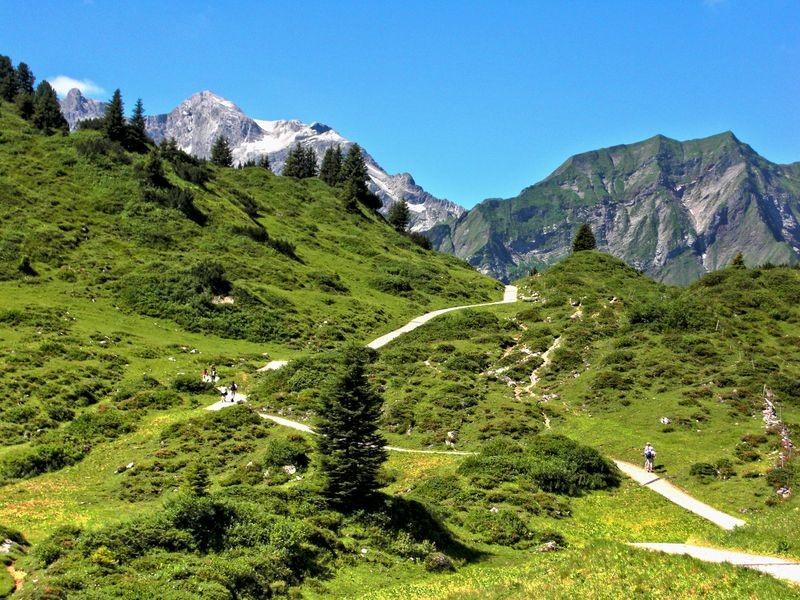 vom Hochtannbergpass führt der Wanderweg im leichtem Auf und Ab in Richtung Körbersee.