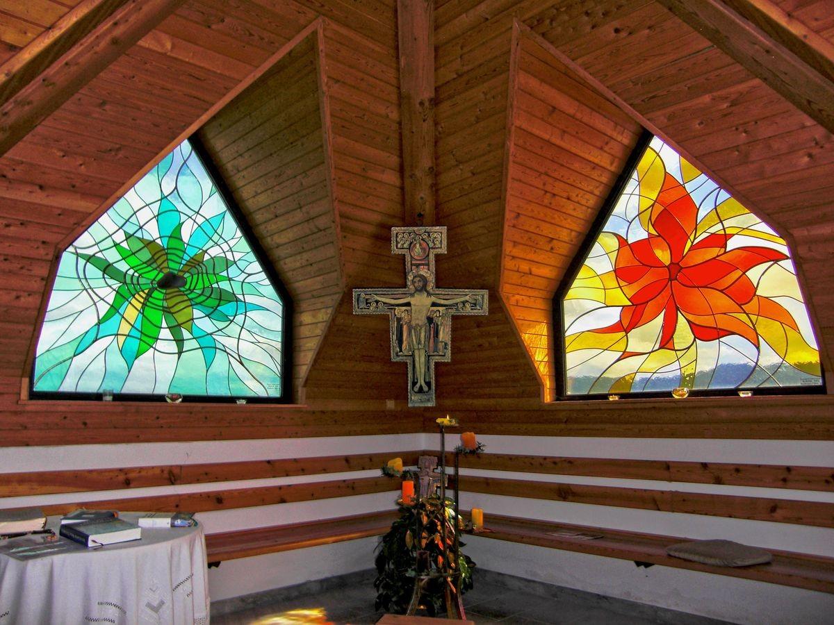 Buntglasfenster in der Franz von Assisi gewidmeten Andachskapelle hinter dem Friedhof