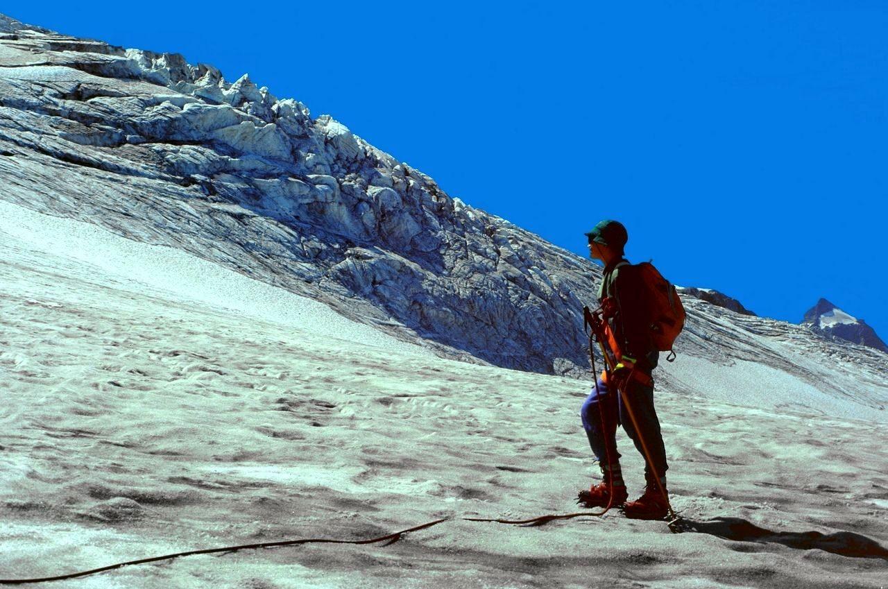 Ein Eisbruch im vom Petersgrat herabziehenden Gletscherhang.