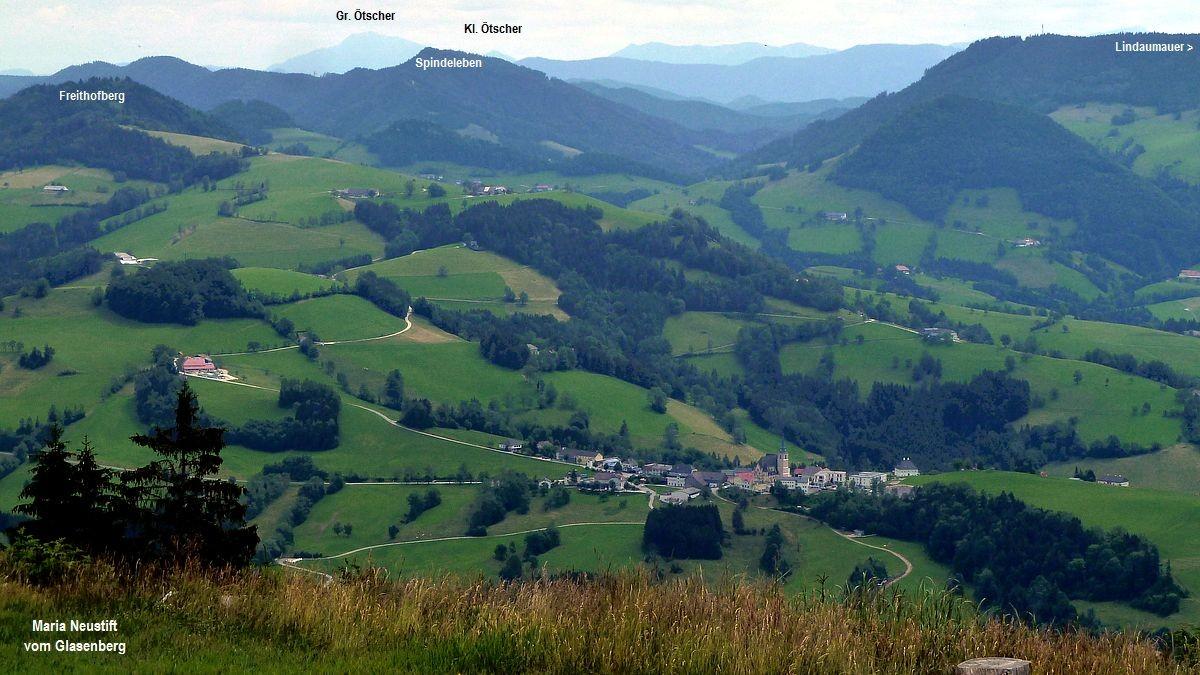 Maria Neustift und seine Bergumrahmung vom Gipfelrücken des Glasenbergs