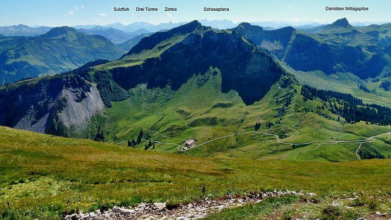 Damülser Kamm mit Klipperen und Damülser Mittagspitze. In der Ferne die Gipfel des Rätikons.