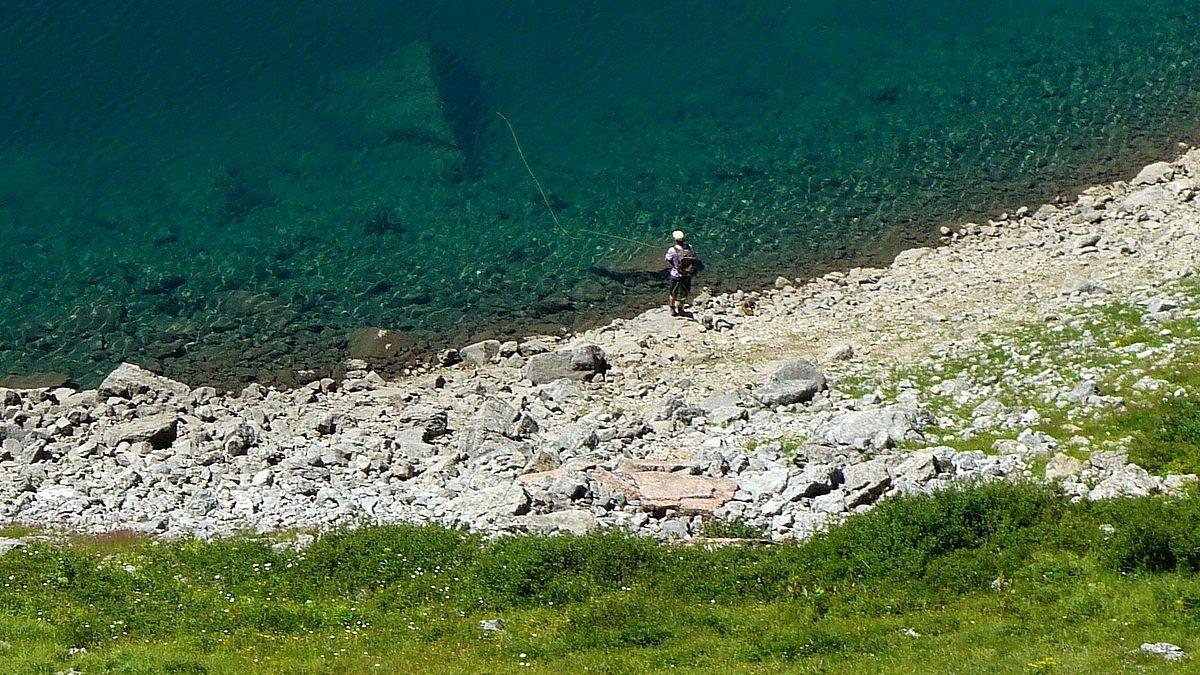 Angler am Formarinsee vom Steig zur Freiburger Hütte