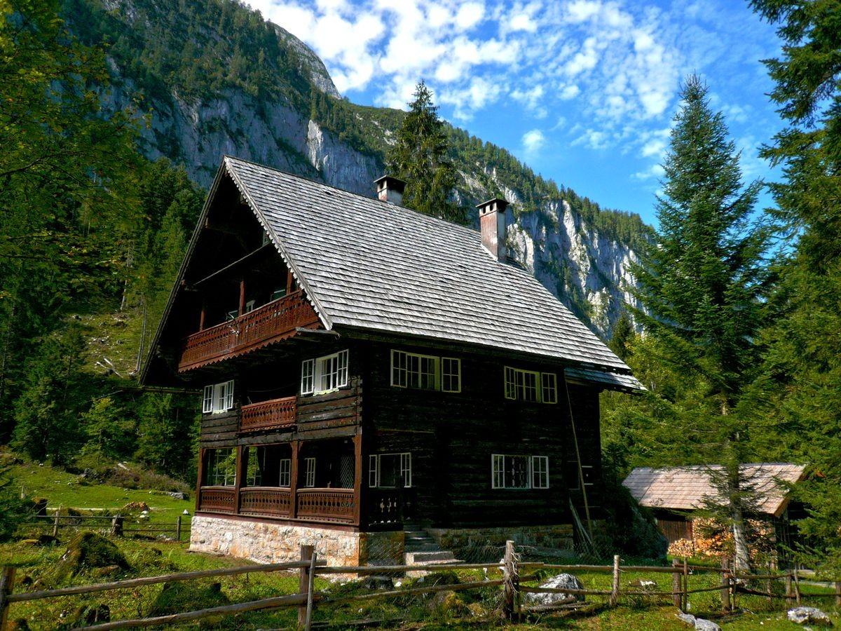 Großes Jagdhaus im Bereich der vorderen Seealm. Die steilen Wände zu beiden Seiten weisen auf die eiszeitliche Entstehungsgeschichte dieses Tals hin.