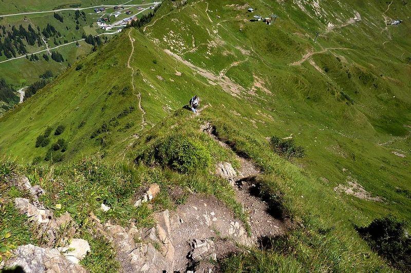 Steiler Pfad oberhalb des Drahtseil versicherten Wegstücks durch den Felsen