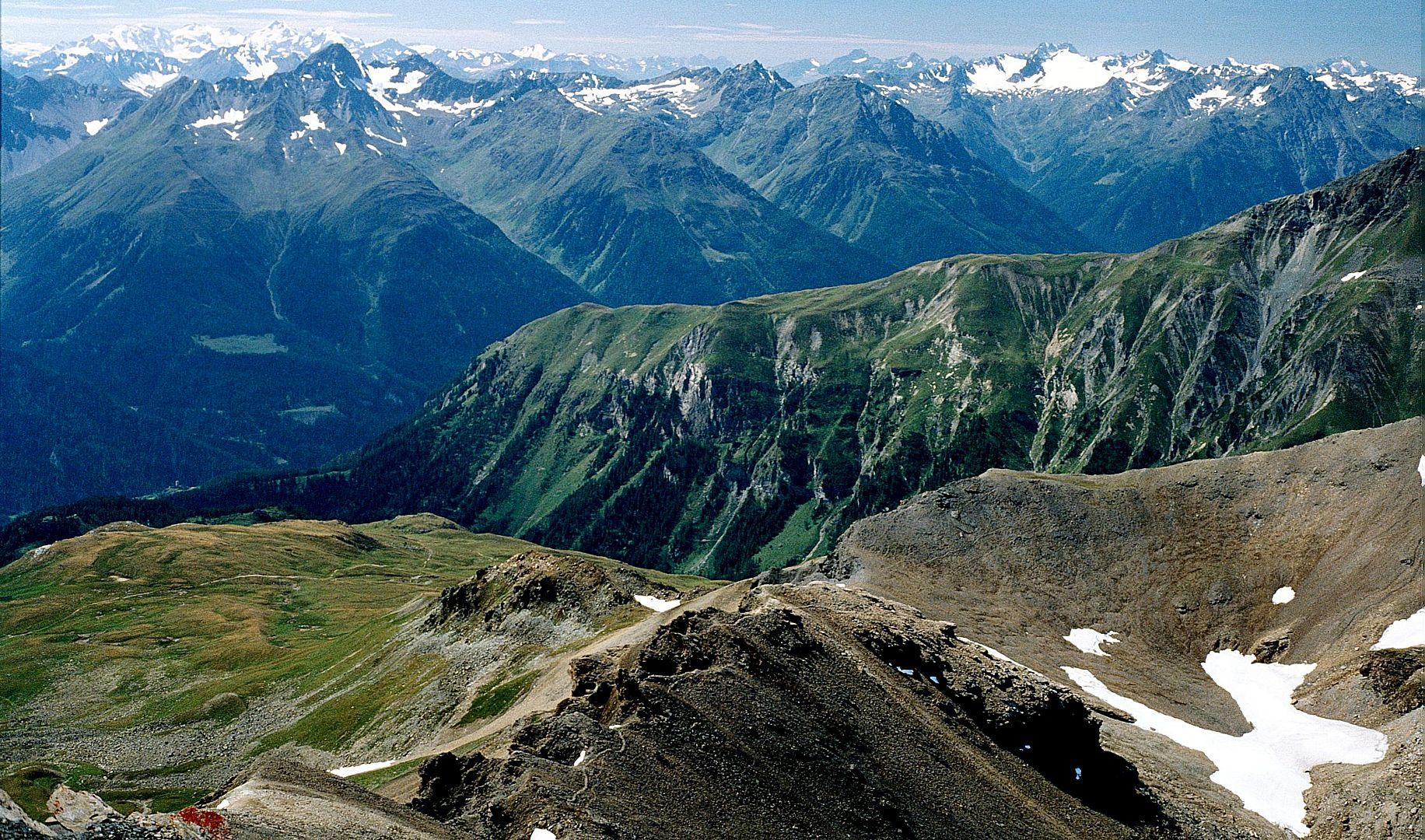 Blick vom Piz Clünas zur Bernina und Albulagruppe