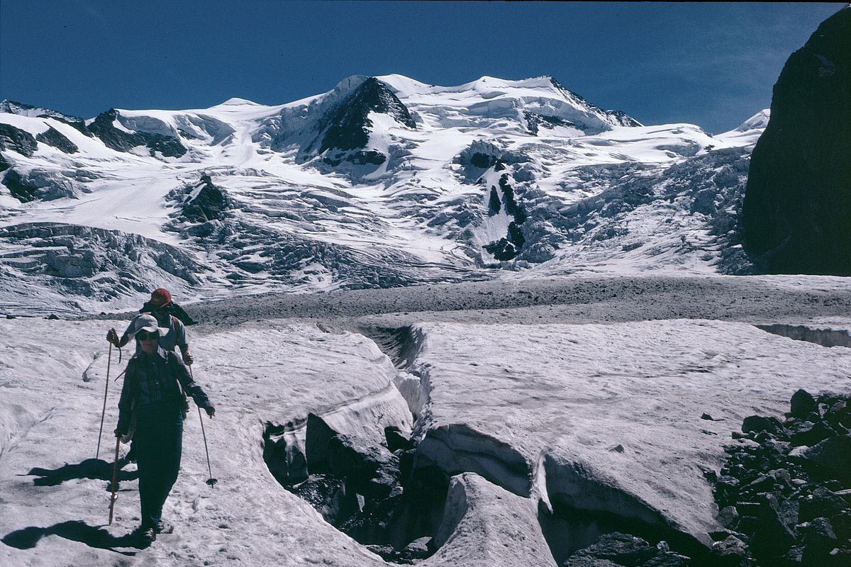 Querung des Morteratschgletschers zur Bovalhütte. Hinten Bellavista 3922 m