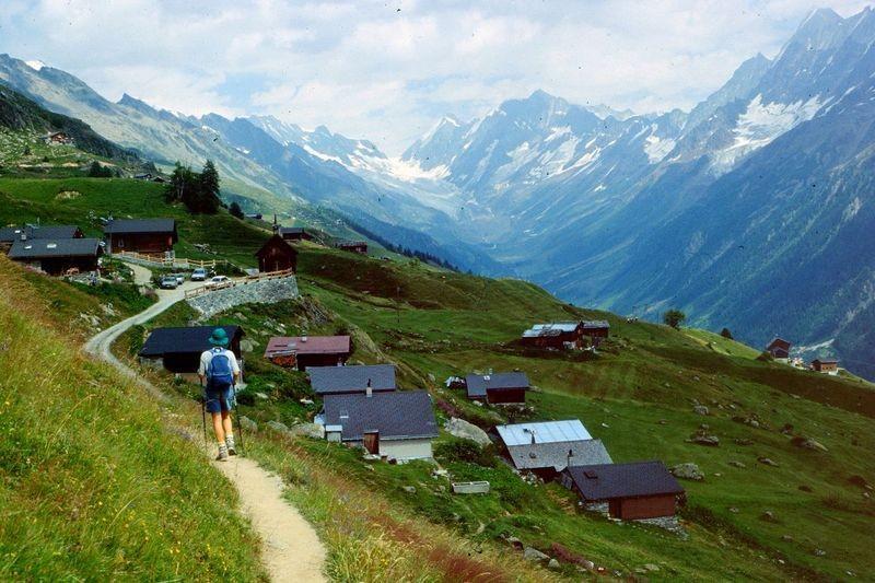 Die Lauchernalp mit der Seilbahnstation. Hinten der Langgletscher mit der Lötschenlücke.