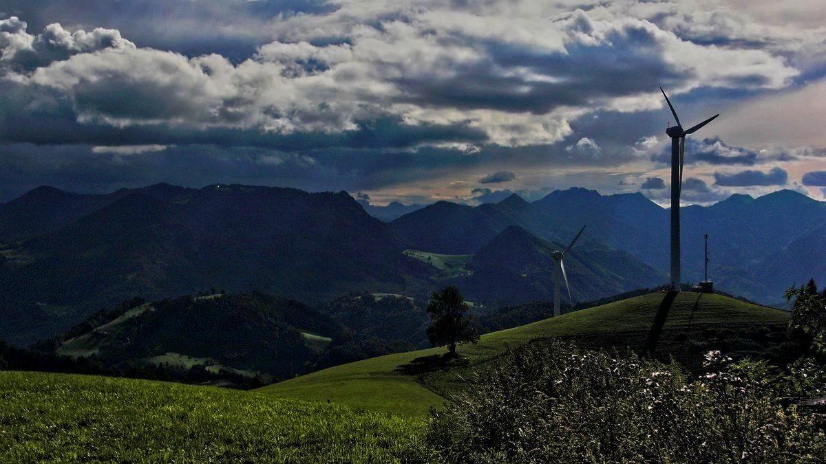 Vom Reichraminger Hintergebirge zieht über die Hohe Dirn eine Gewitterfront herüber