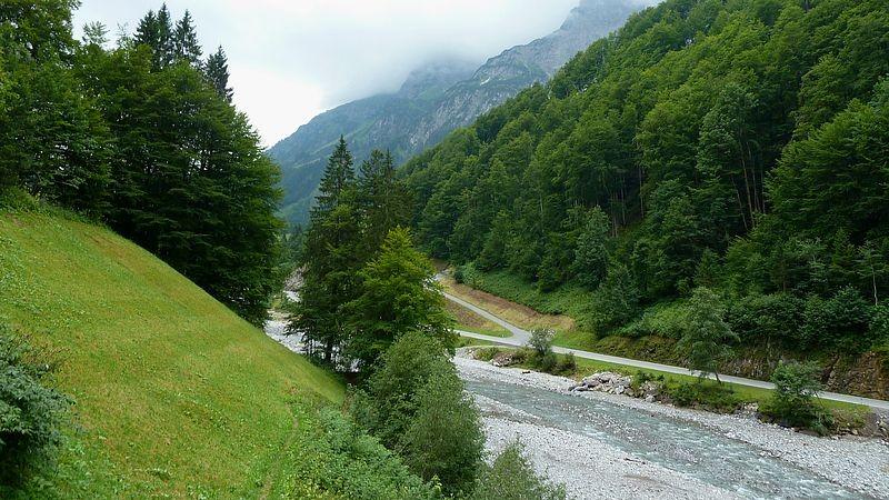 Schmaler Wiesenpfad entlang der Bregenzerache.