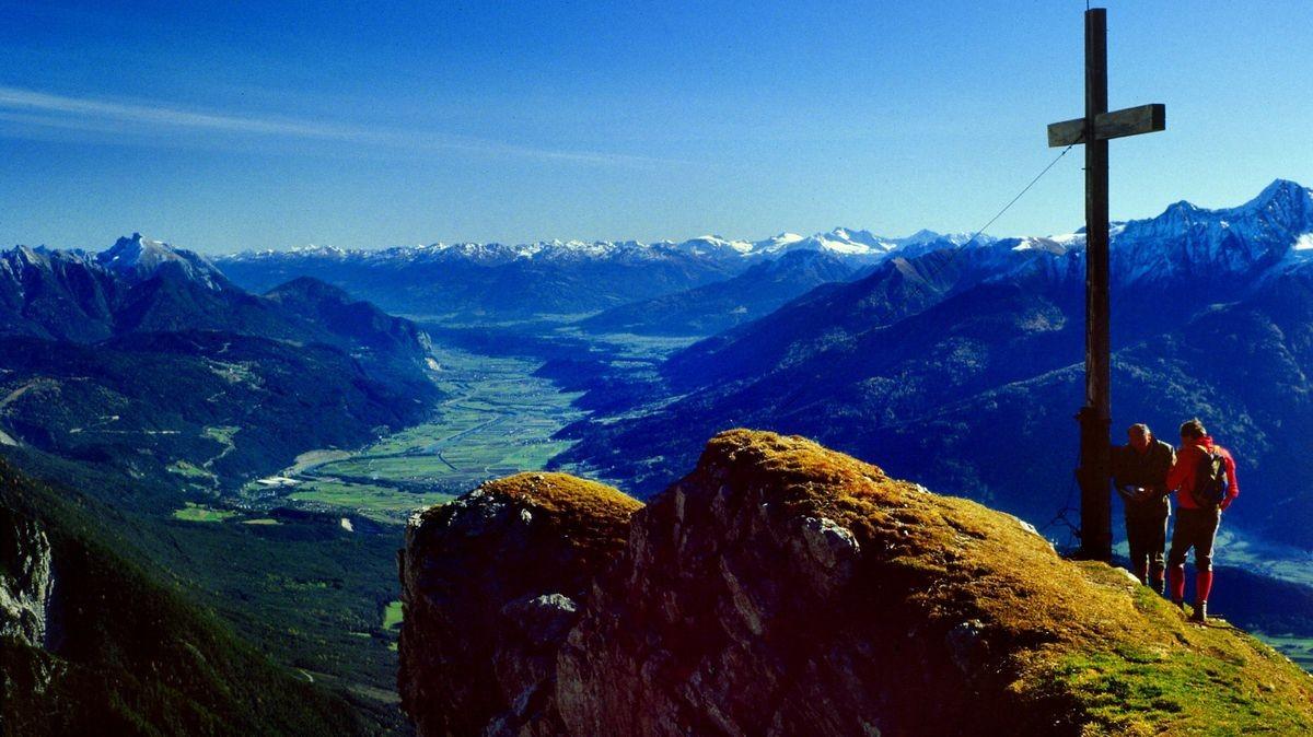 Am Gipfelkreuz der Wankspitze. Das obere Inntal Richtung Innsbrucker Gegend.
