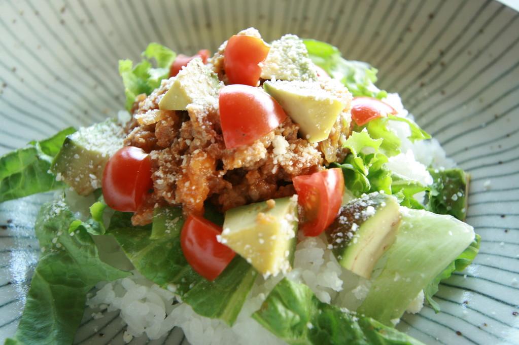 沖縄B級グルメのタコライスは店主自慢の肉味噌で!