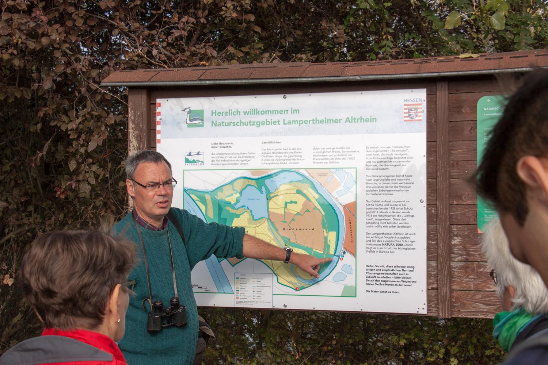 Dr. Rainer Drös an der Karte zum Biedensand