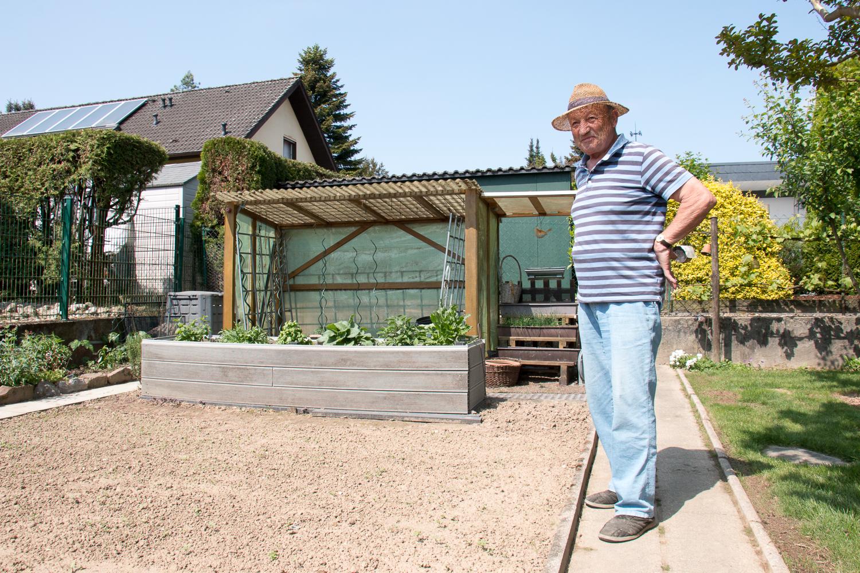 Der stolze Gartenbesitzer neben dem neuen Hochbeet (Foto: B. Budig)