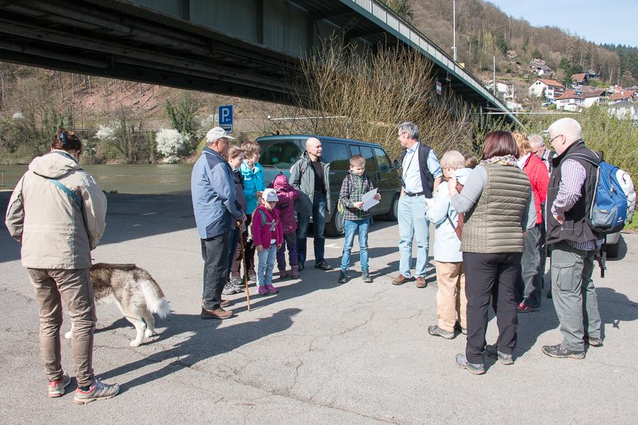 Exkursionsstart an der Friedensbrücke in Neckargemünd (Foto: B. Budig)