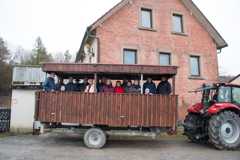 Der Anhänger mit Rundfahrtteilnehmern