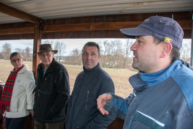 Landwirt Ruben Heid erläutert die Bewirtschaftung des Wiesentals