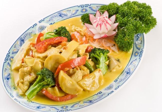 Gebratenes Hühnerfleisch mit Curry