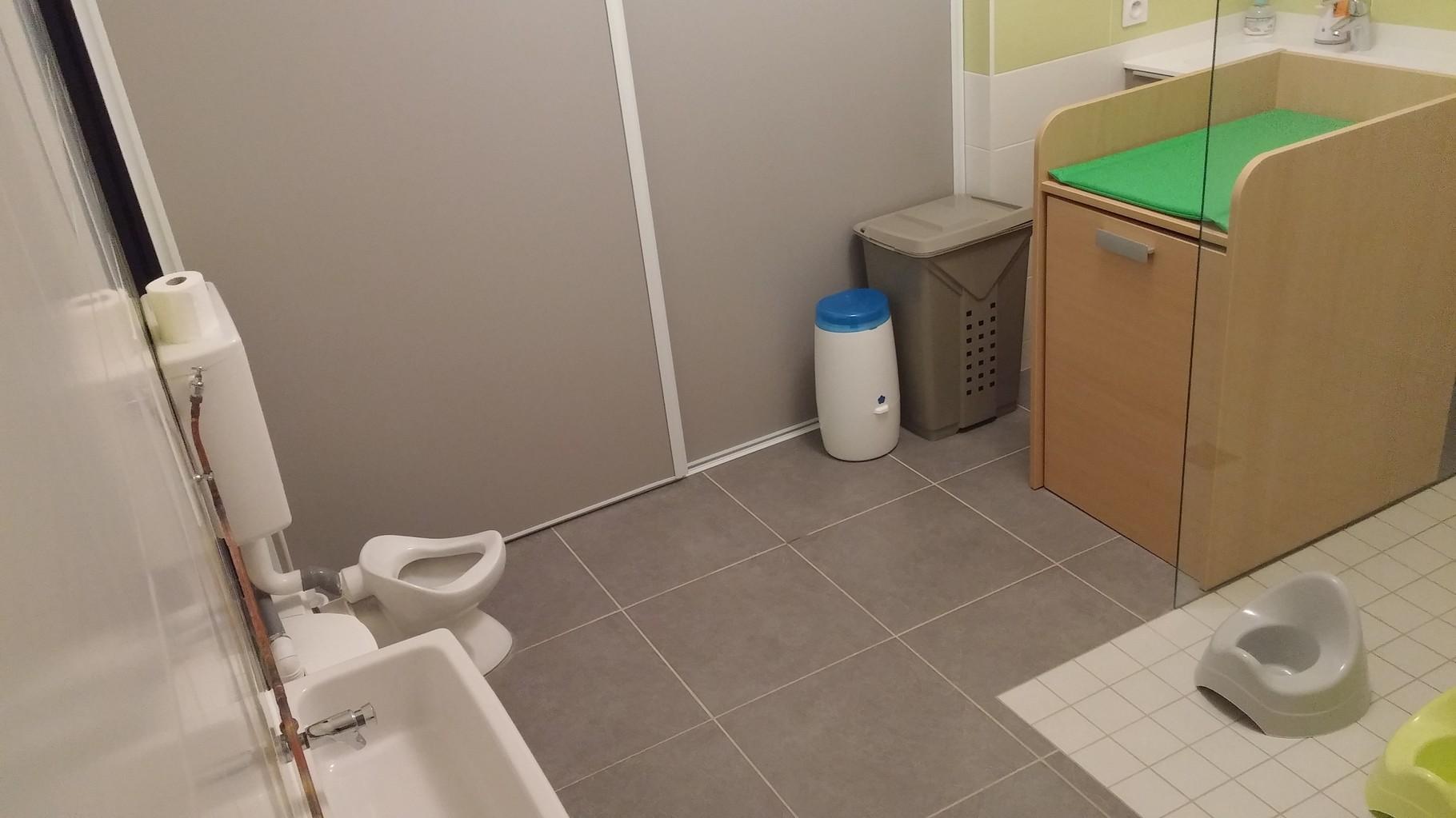 L'espace sanitaire et table de change