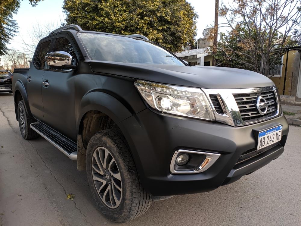 Nissan Frontier negra mate