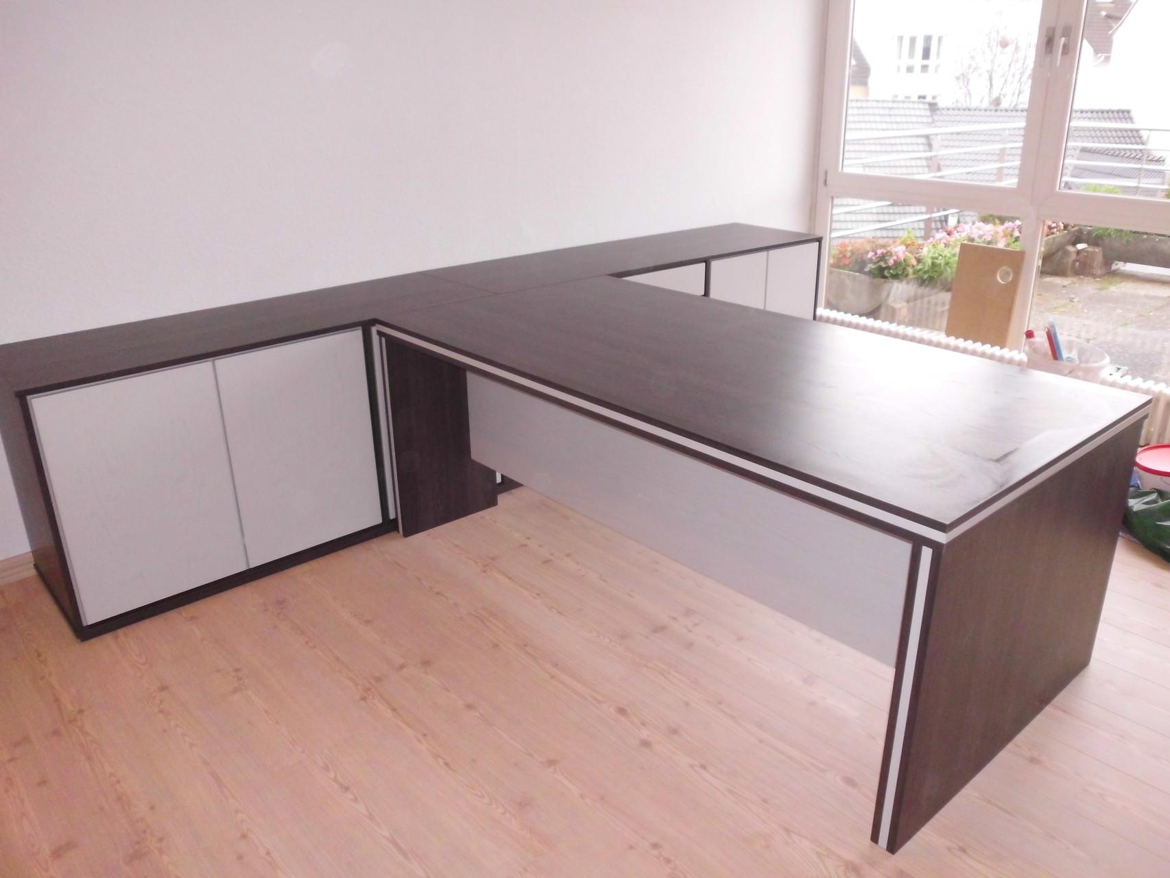 Schreibtischanlage mit angebauten Schränken