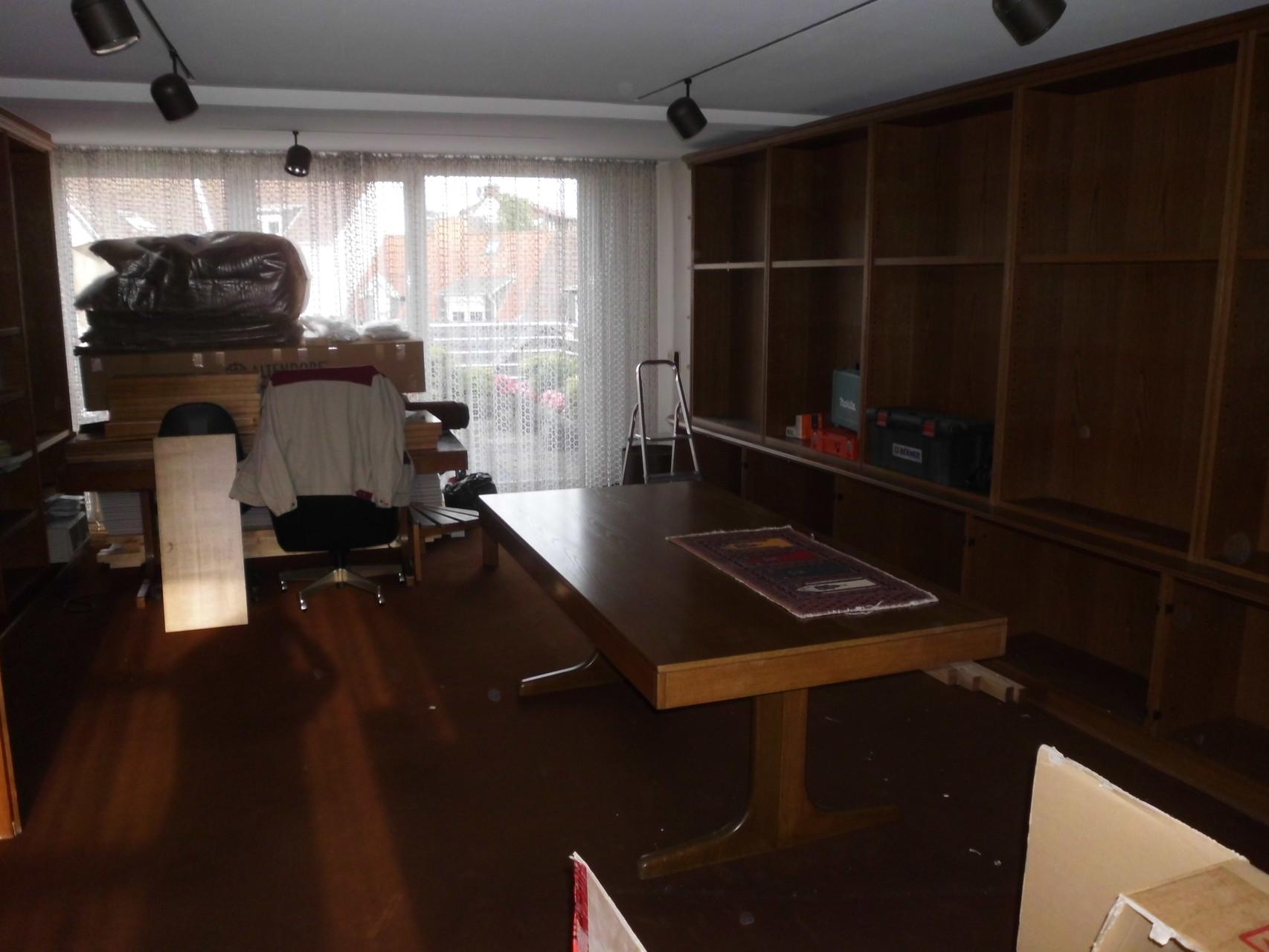 Vorher Chefbüro mit dunklen Möbeln