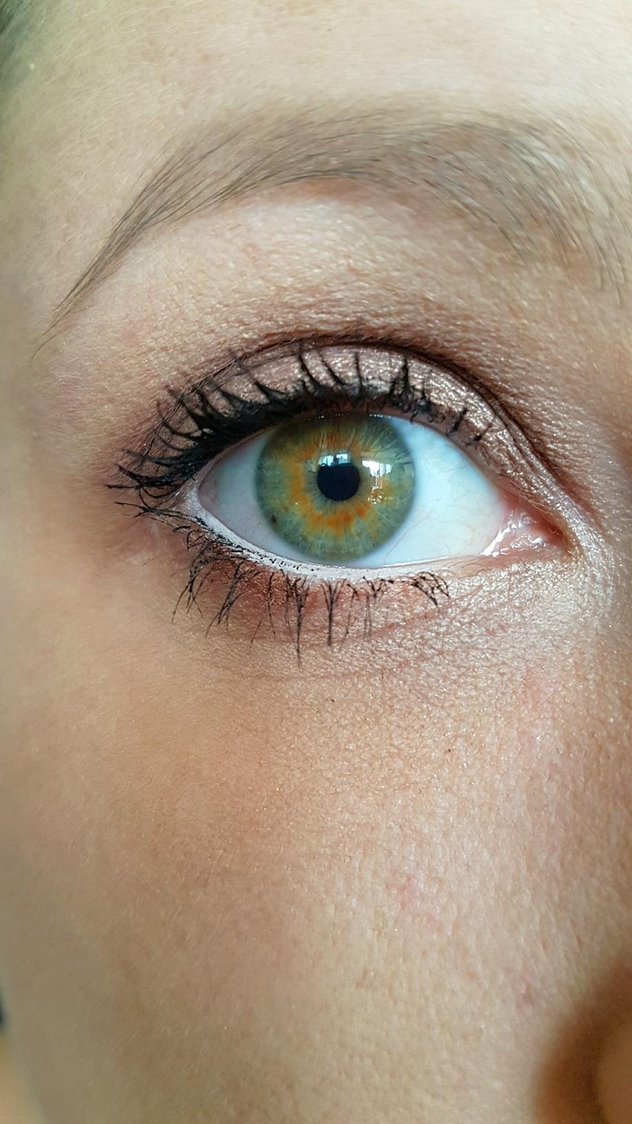 Ein Augenmakeup mit den gezeigten Produkten