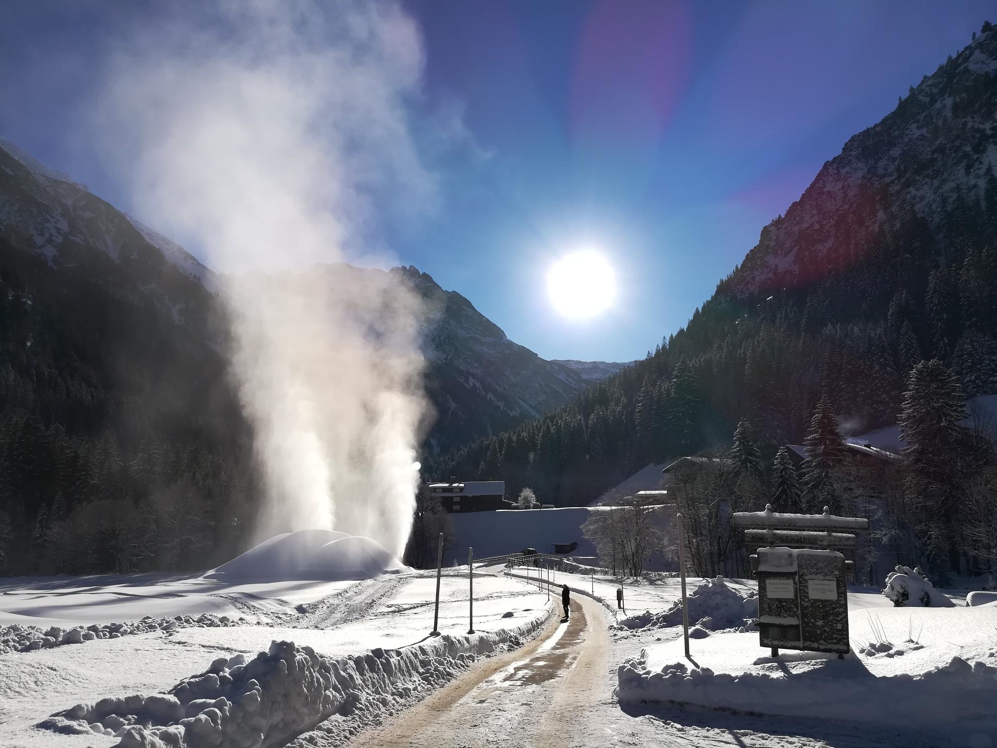 Schneegestöber rund um Bernhards Gemstel Hofladen