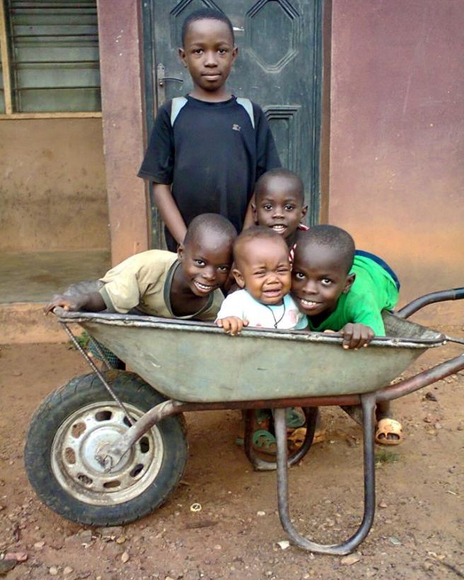 Spielende Kinder im CRARN-Kinderheim