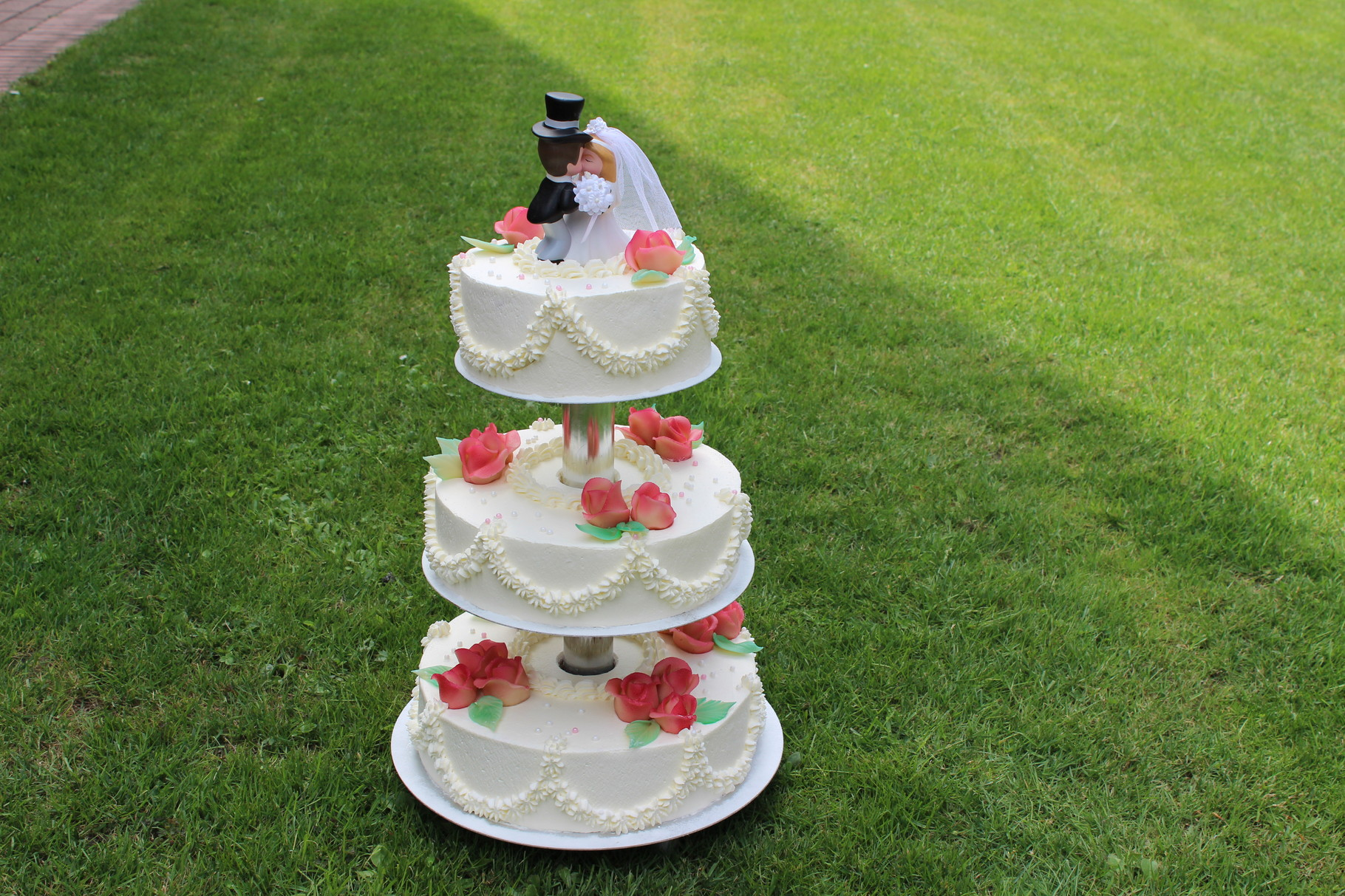 Hochzeitstorte, 3 Stock, mit klassischem Brautpaar und natürlichen Rosen