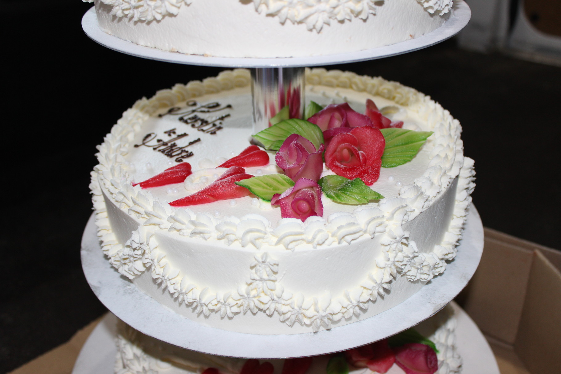 Klassische Hochzeitstorte mit Herzen aus Marzipan und Airbruschtechnik