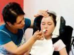 Pflegefall: 10-jähriges Mädchen nach Masernencephalitis