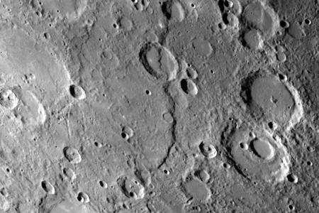 Rupes Discovery, die längste Steilstufe, zieht sich über 400 km durch Ebenen und Krater.