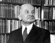 Ludwig von Mises in seiner Bibliothek
